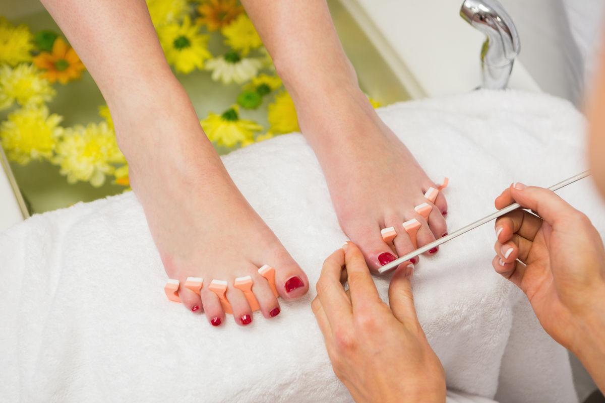 美甲师用指甲锉磨脚趾图片