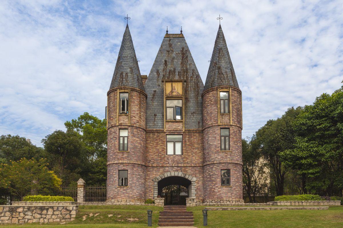 古城堡,古建筑,城堡,草地,蓝天,白云图片