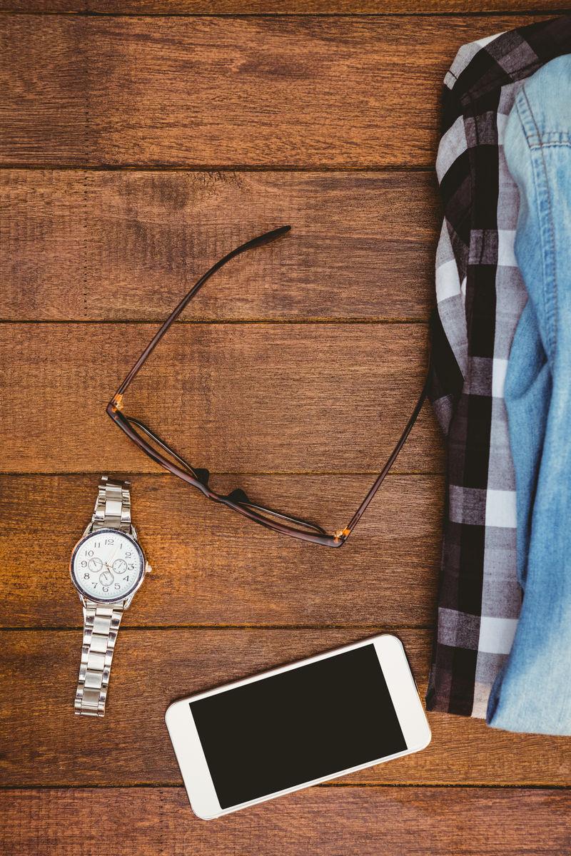手机,相机,旧的,老式的,鞋子,钱包,皮带,衬衫,蓝,布朗,木,桌子,木板图片