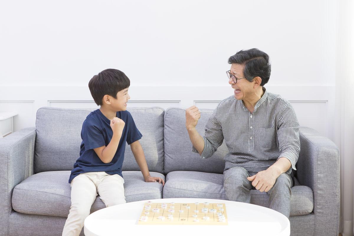 孙茺#.i[NZ�K�nY_在下象棋的爷孙俩