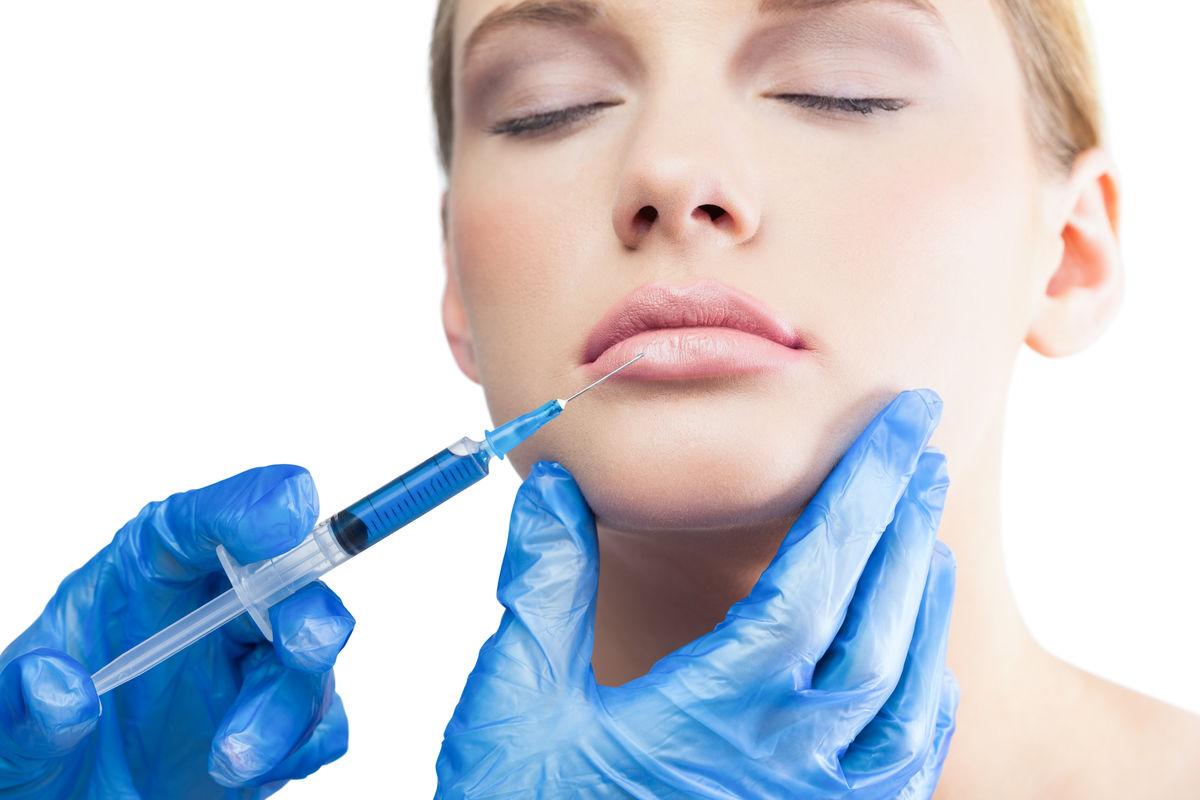 农村女生打针囹�a_外科医生在女人的脸部打针