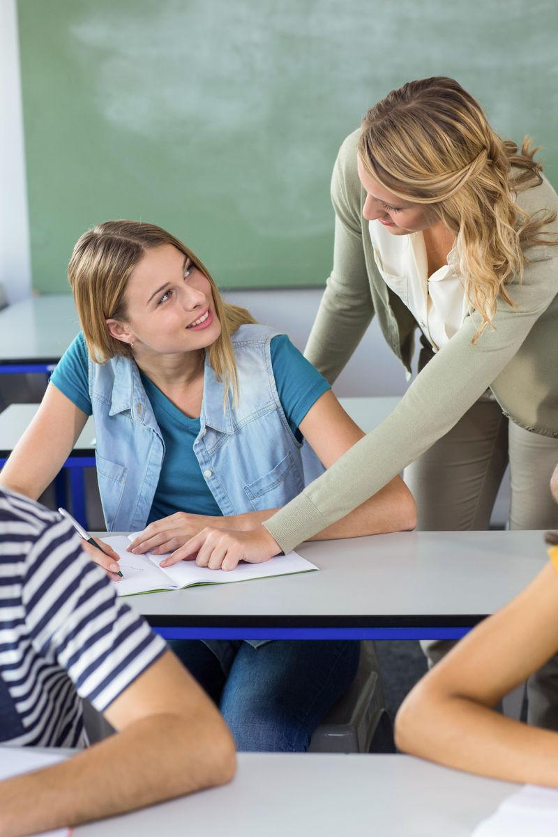 女教师与男学生教师�9��H:)�h�yg*9�yȰ_女教师在班上帮助学生