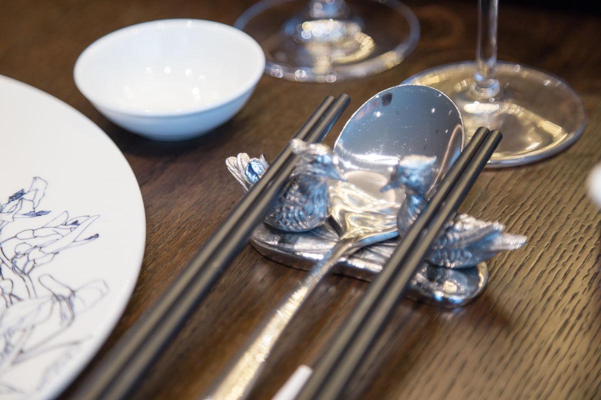 餐具,摆台,筷子,筷子架,餐厅,中餐,桌子餐饮,闪亮的银图片