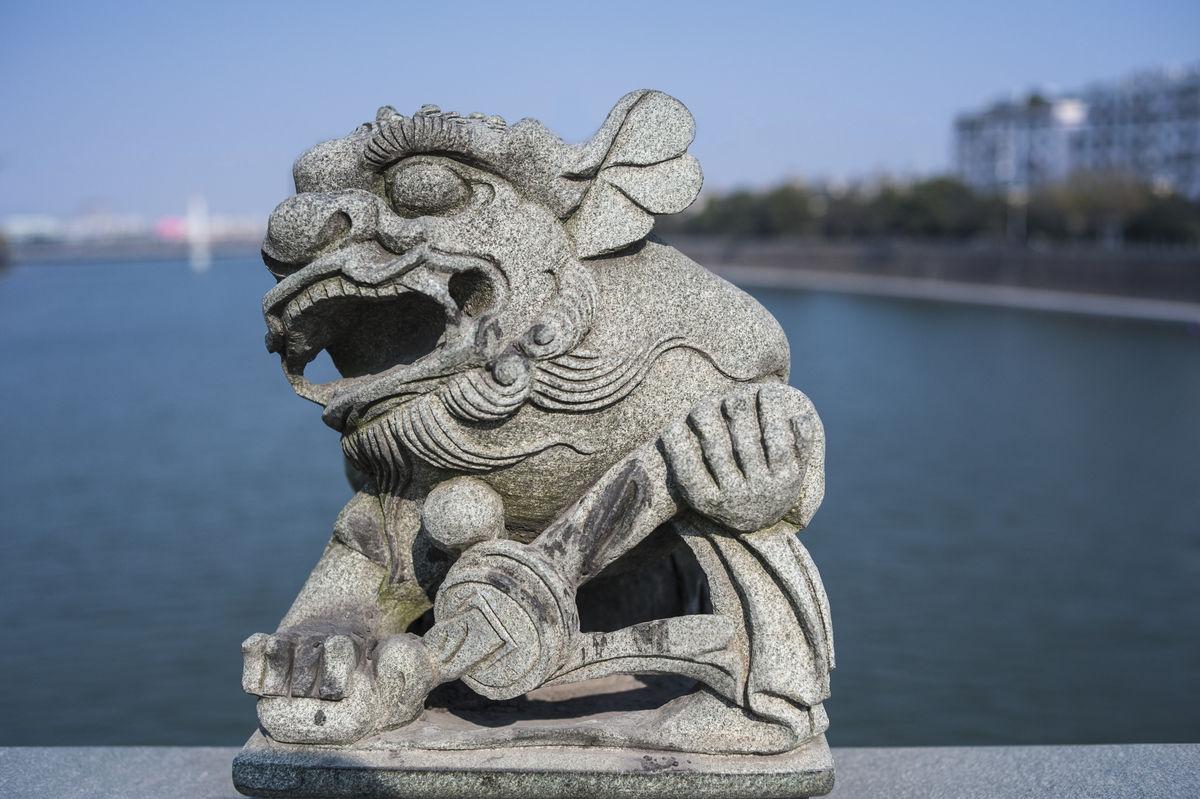 桥栏上的石狮子图片