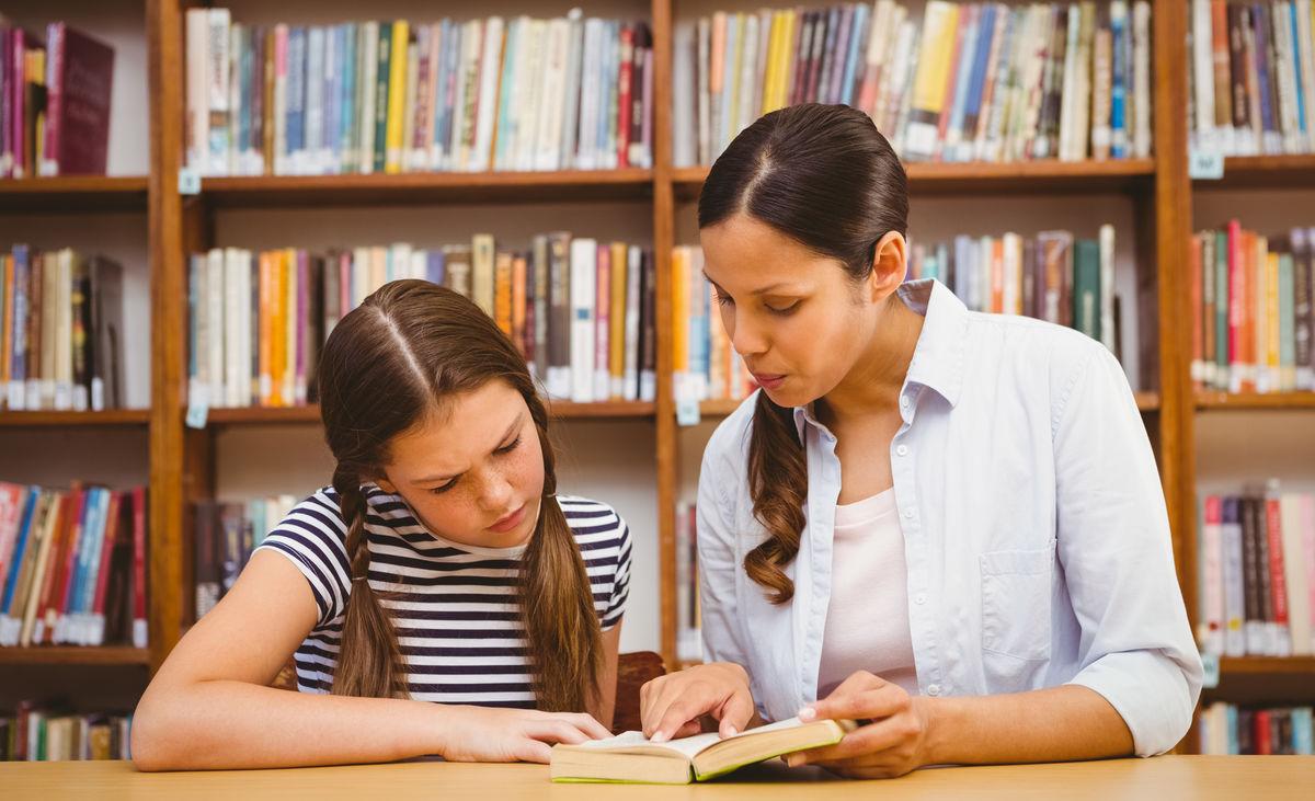 女教师与男学生教师�9��H:)�h�yg*9�yȰ_女教师和小女孩在图书馆看书