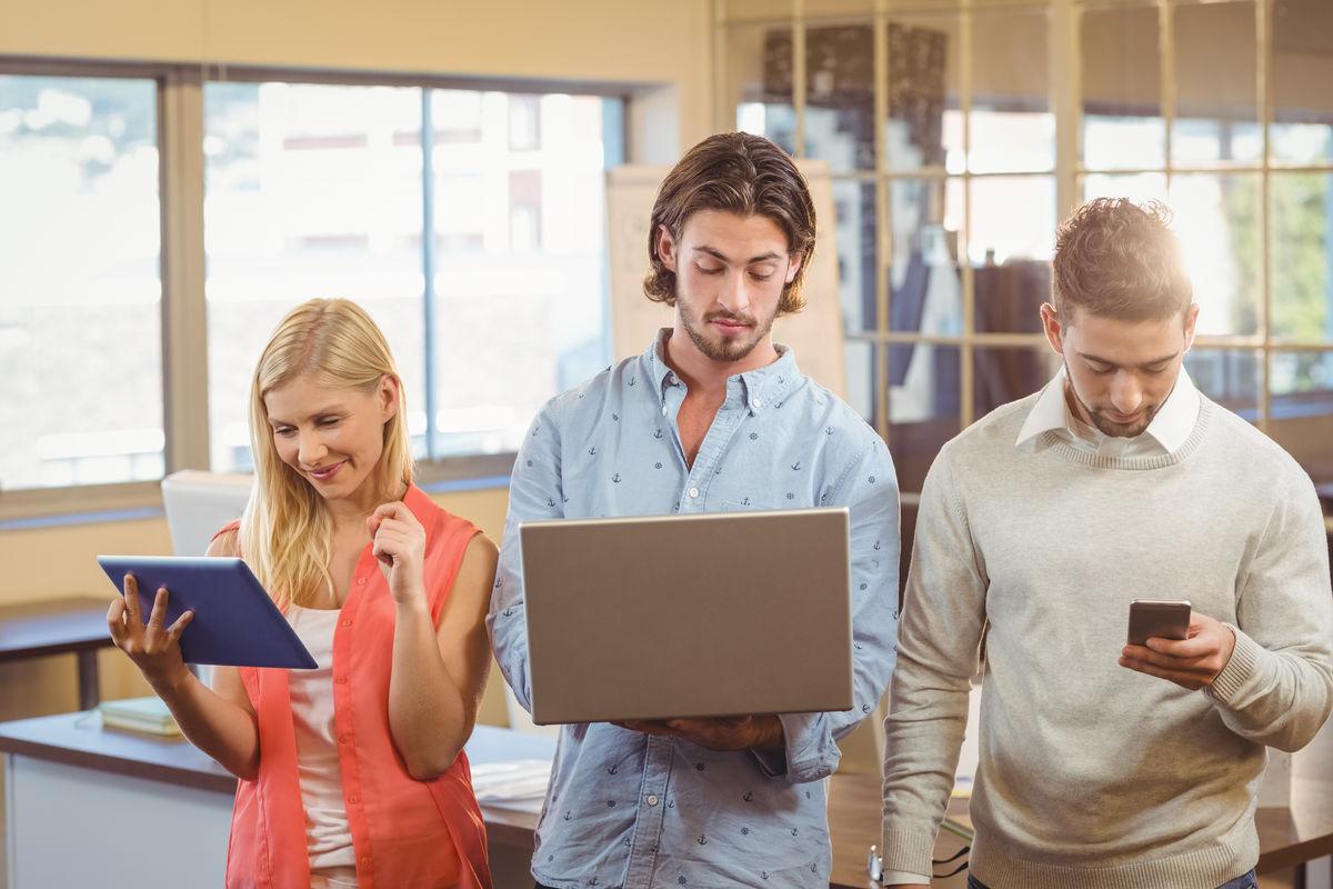 创意办公室的员工使用技术图片