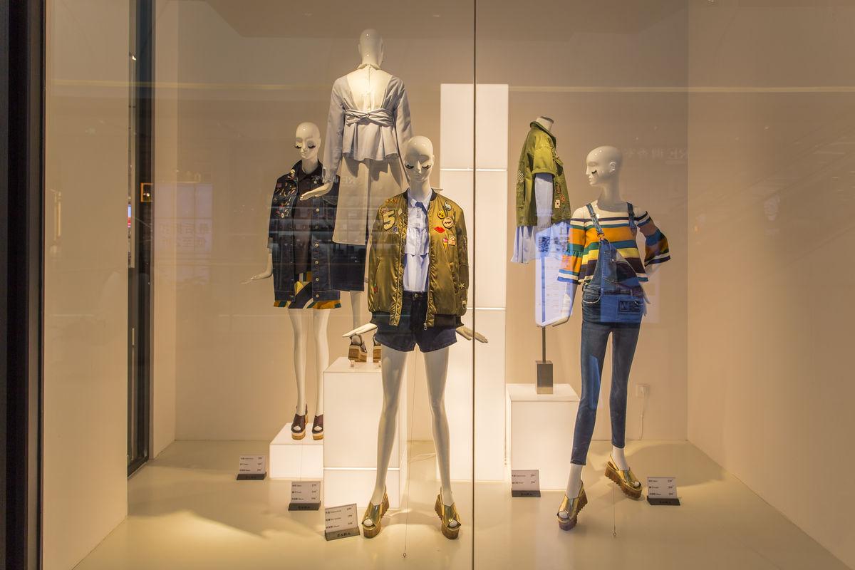服装店玻璃橱窗图片