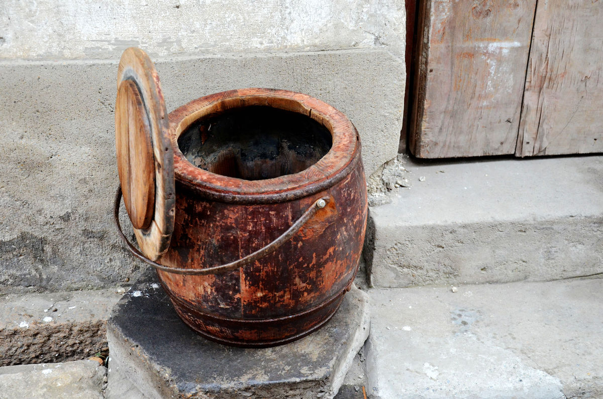 马桶,老式马桶,木马桶,江南民居,旧时光,老物件,小镇生活,古镇,老图片