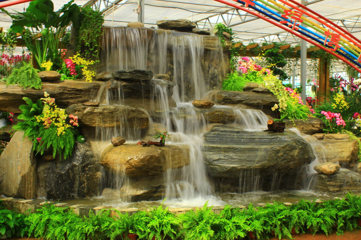 高山流水,瀑布,溪流,山泉,蝴蝶兰,兰花,假山造型,园林景观,假山,意境图片