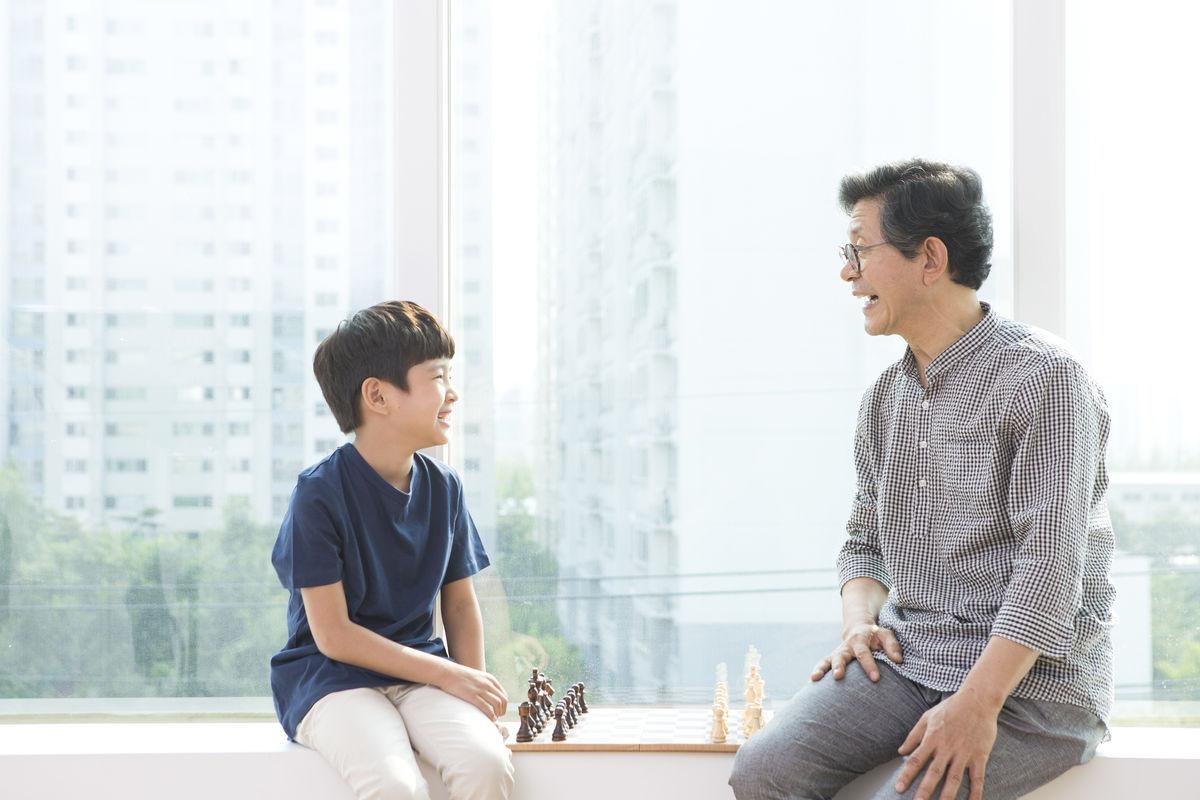孙茺#.i[NZ�K�nY_在下棋的爷孙俩