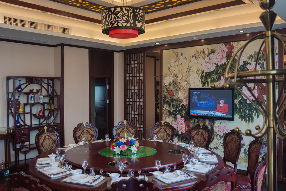 餐厅,中餐厅,酒店,餐桌,圆桌,摆台,餐桌摆台,餐厅摆桌,新年聚餐,辞旧图片