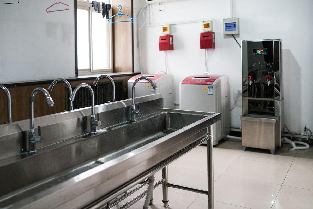 宿舍走廊,女大学生宿舍,水房,水槽,洗衣房,学生宿舍,净水机,电热水器图片