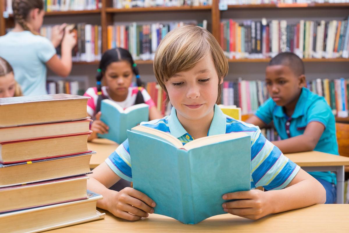 小学�y.bz(�ZJ~XZ_小学生在小学图书馆里看书