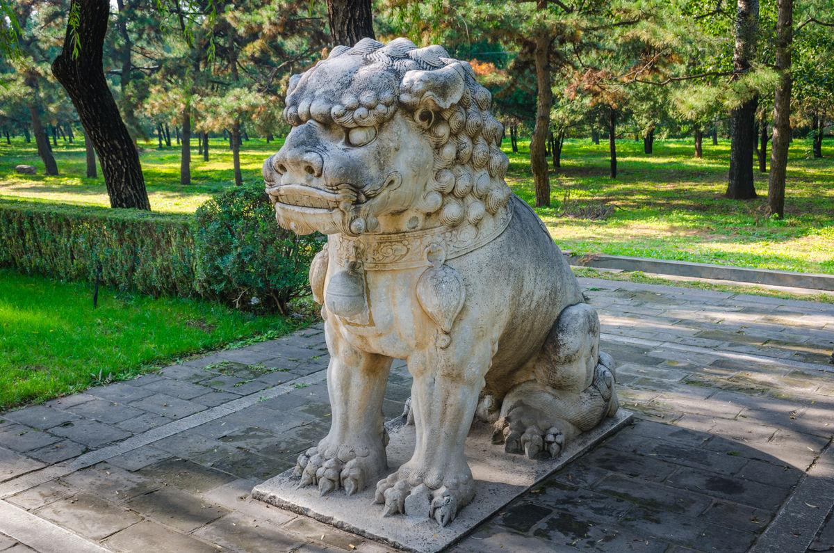 明十三陵总神路蹲姿狮子图片
