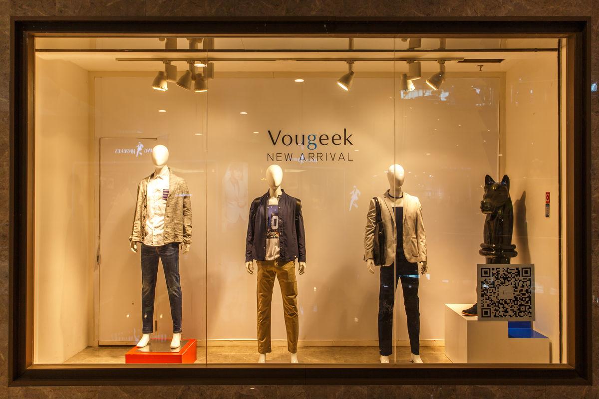 高档服装店橱窗图片