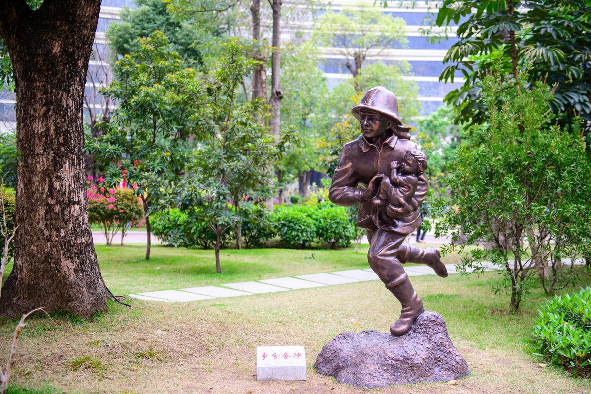 消防员,消防,救火,救灾,救援,抢险,消防局,雕像,铜像,雕塑,公园,广场图片