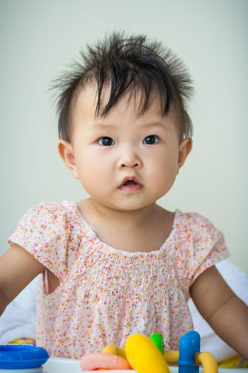 头发,生长,婴儿,宝宝,宝贝,baby,半身照,睁眼睛,大眼睛,注视,关注,好图片