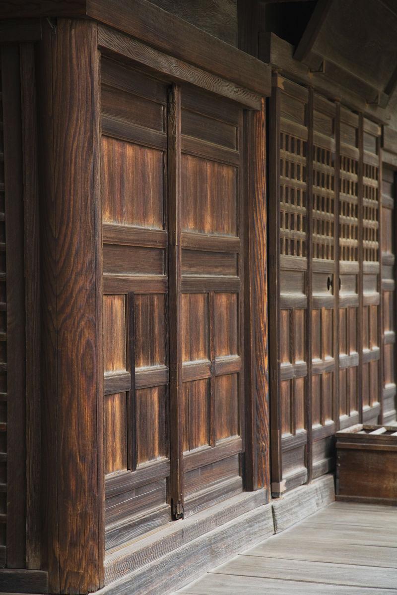 在阿智神社木墙和门图片
