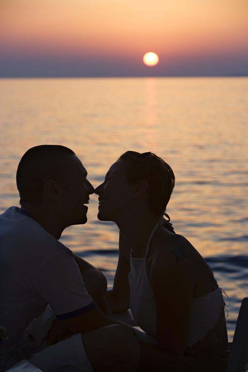 日落时分情侣接吻的剪影图片