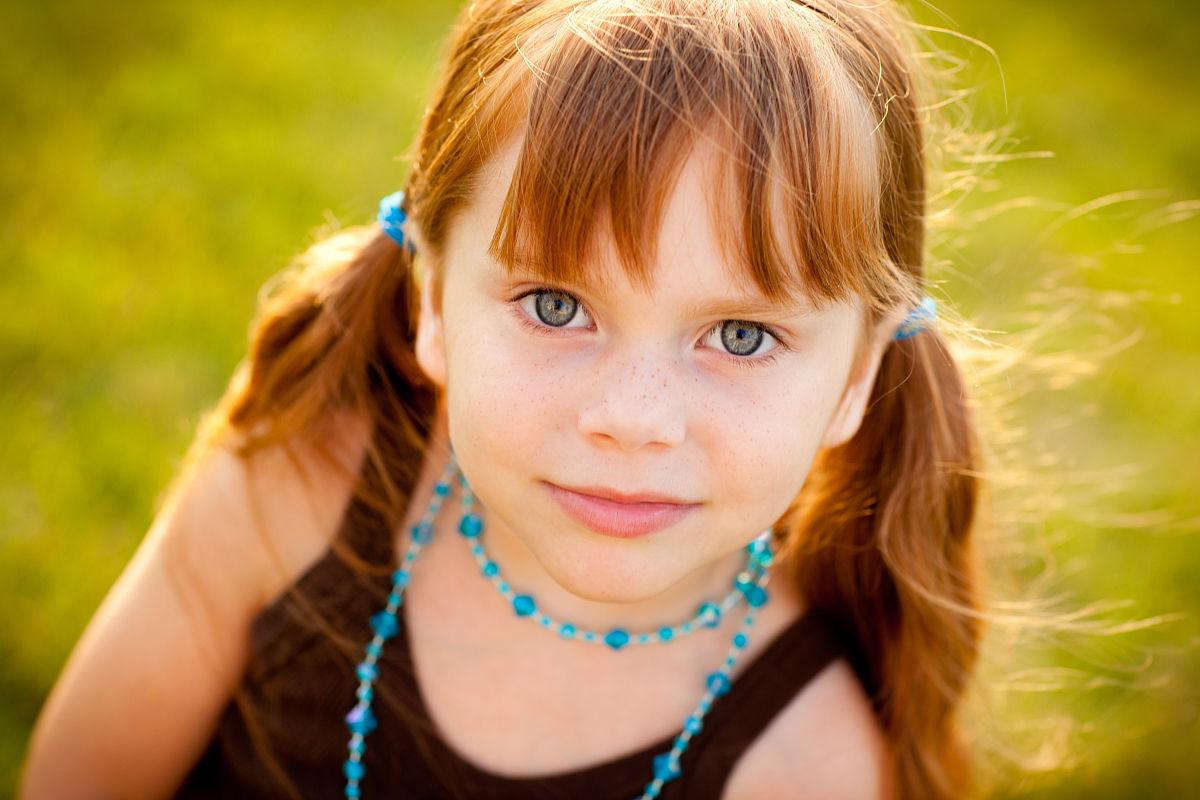 美丽的红头发外的小女孩肖像图片