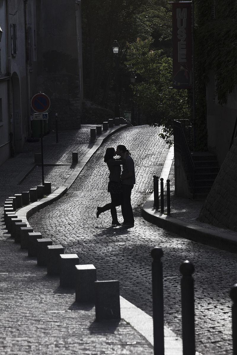 法国街头情侣接吻剪影图片