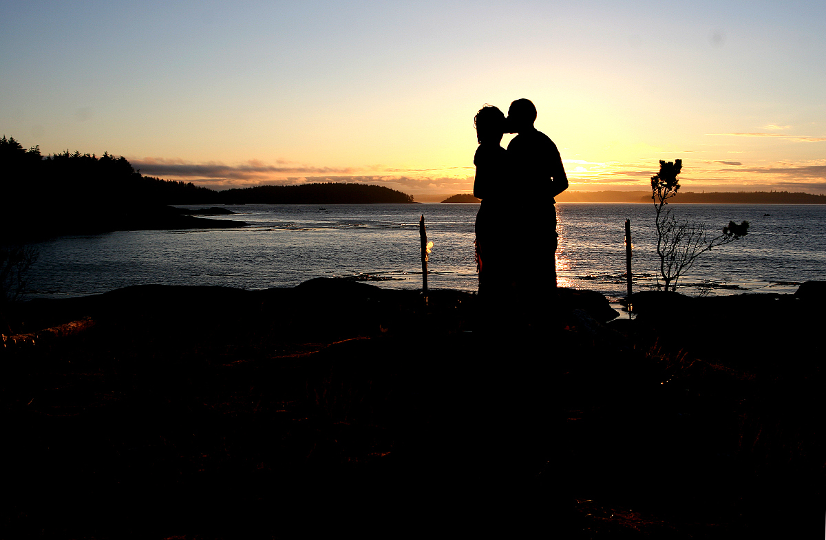 情侣接吻的剪影图片