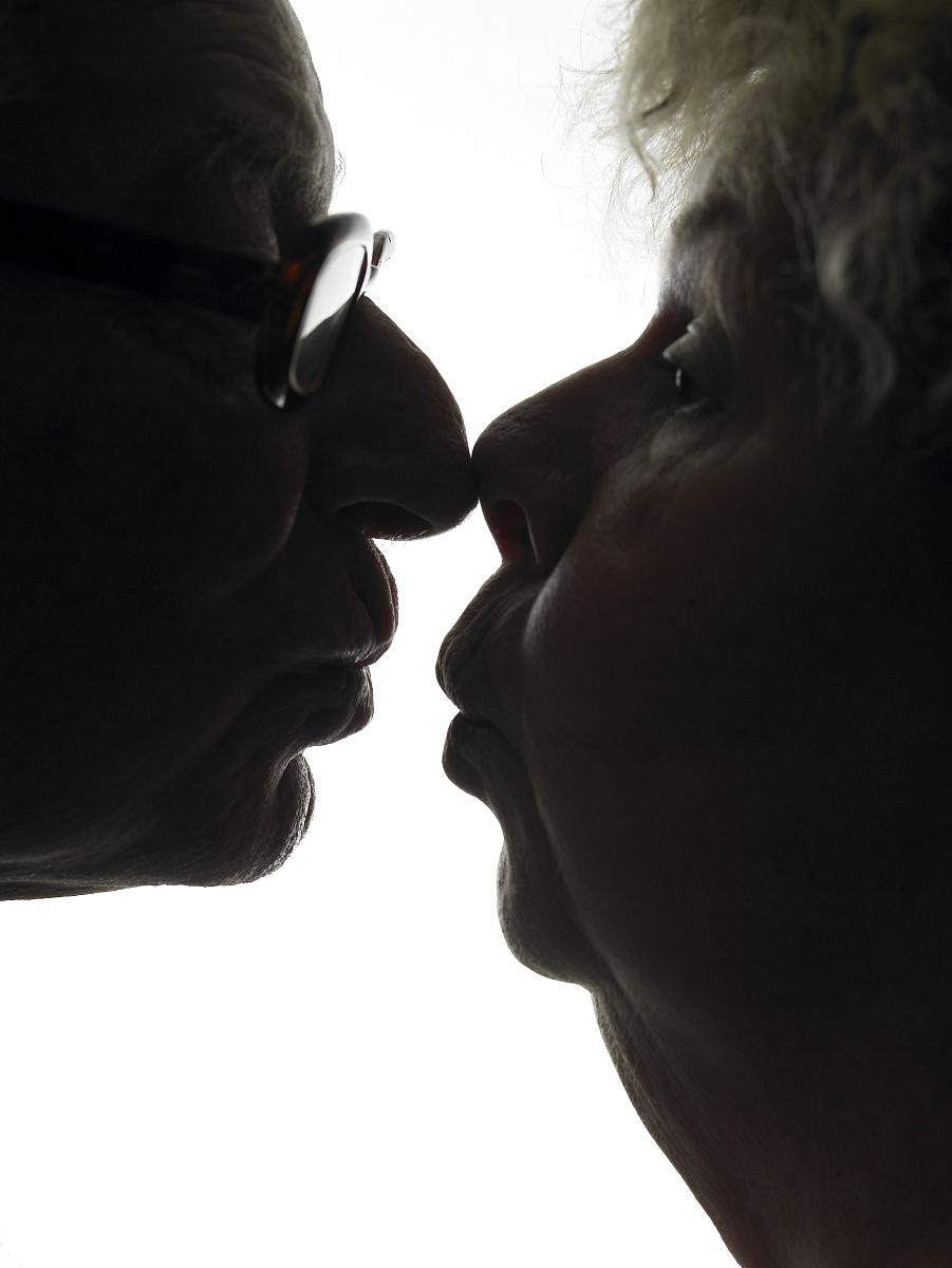 高级情侣接吻剪影,侧视图,特写图片