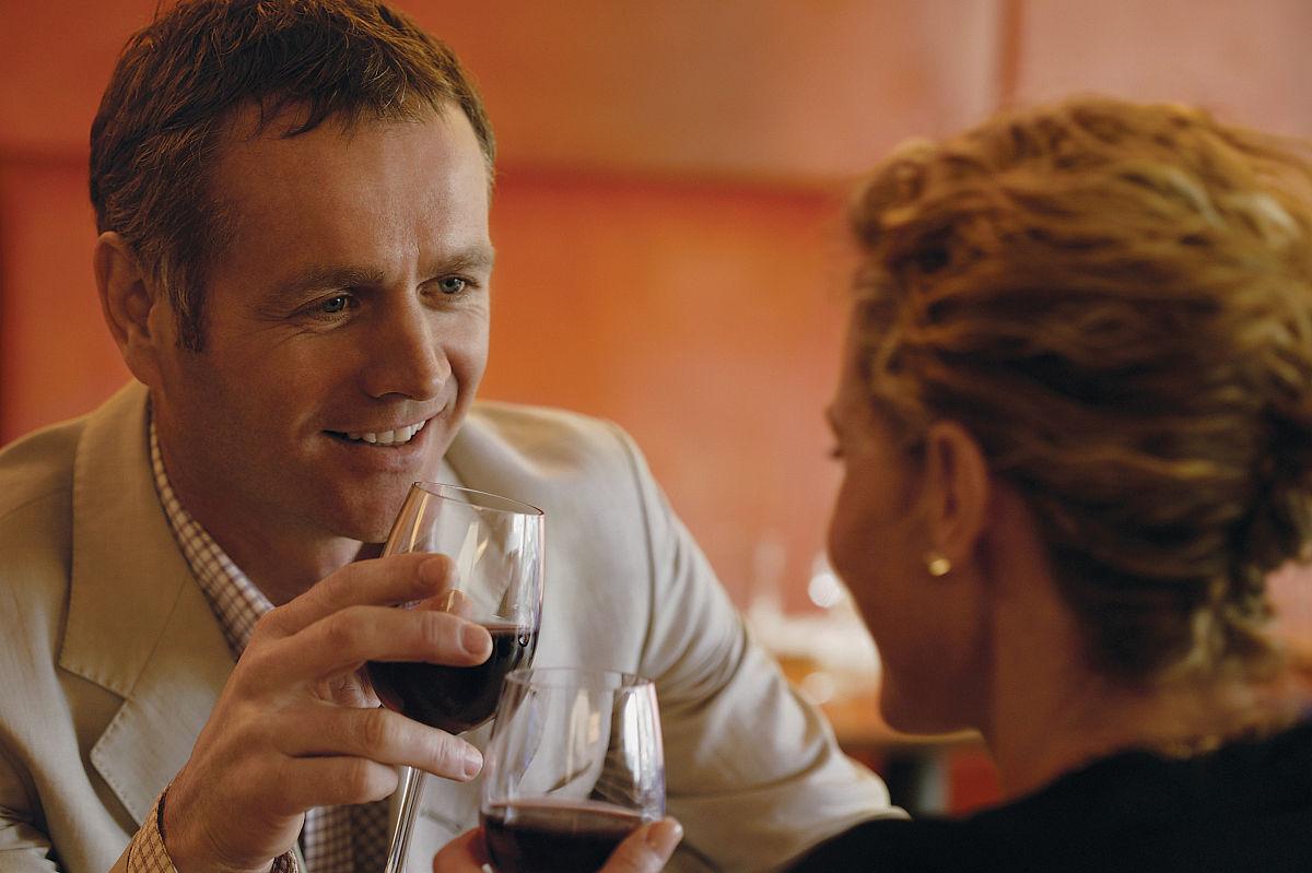 红葡萄酒,男人,中年男人,异性恋,中年伴侣,玻璃杯,葡萄酒杯,棕色头发图片