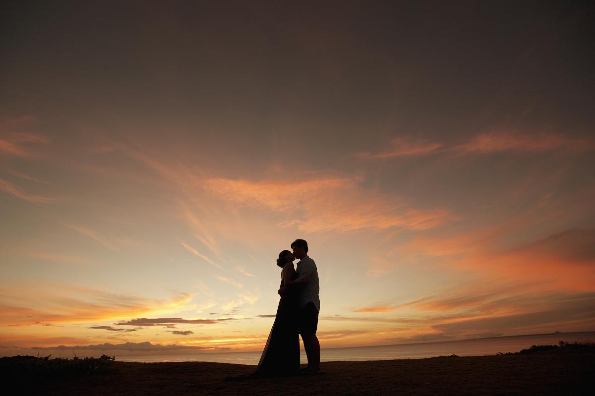 日落情侣接吻剪影图片