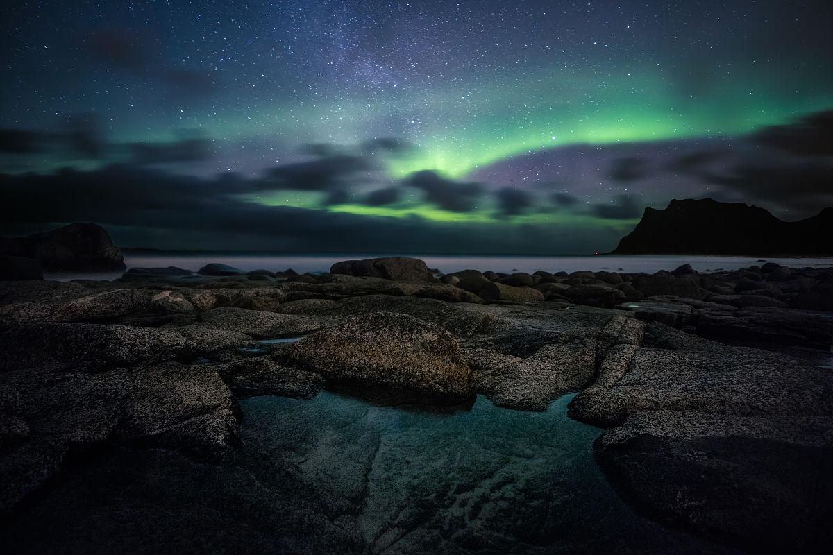 海滩,礁石,极光,夜晚,冬天,星空,长时间曝光,反射,旅行,挪威,山,星系图片