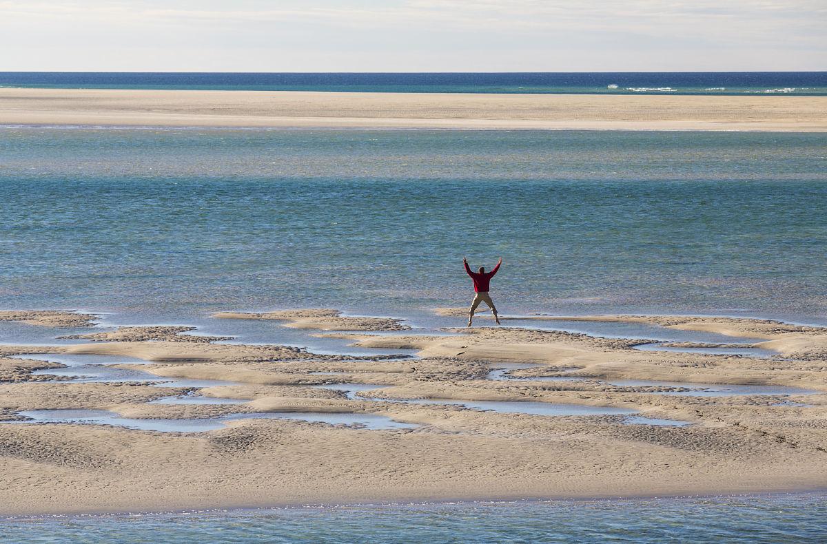 男人做的星空luskentyre海滩跳图片
