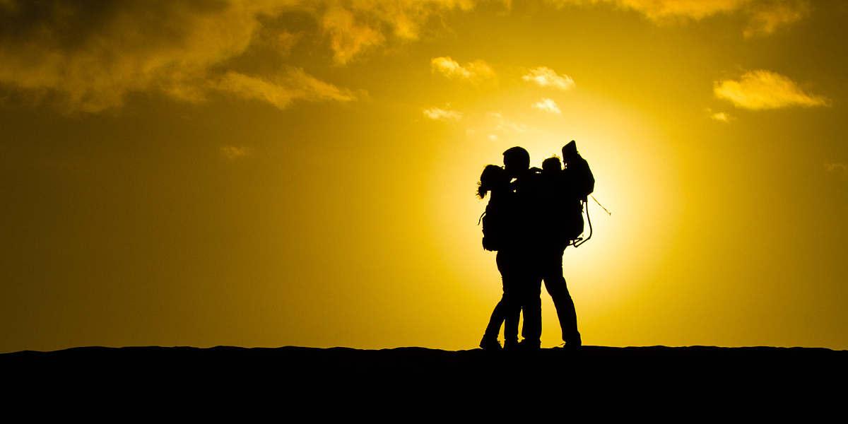 日落天空情侣接吻剪影图片