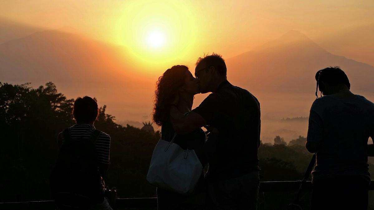 剪影情侣接吻日落图片