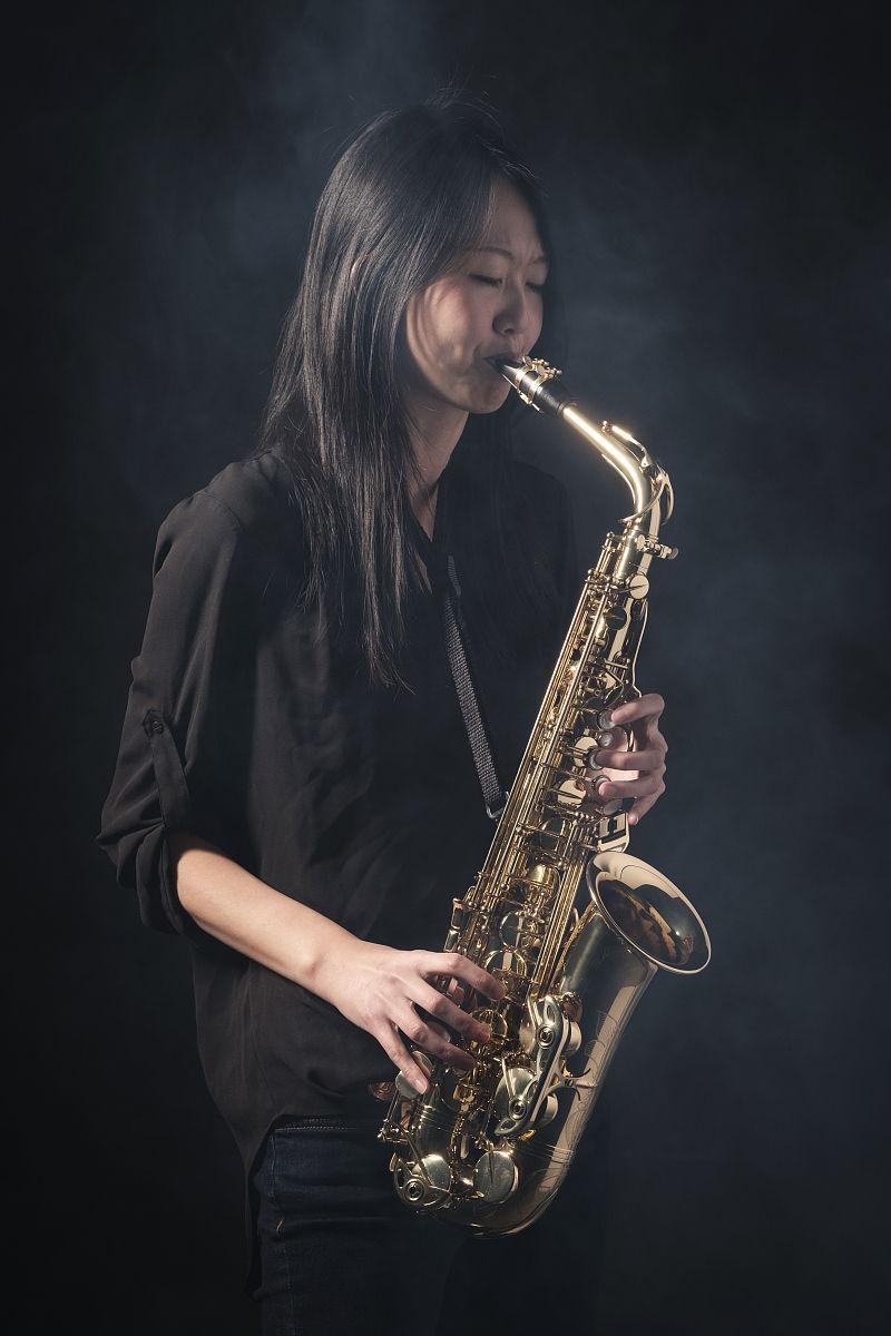 日本女子萨克斯图片