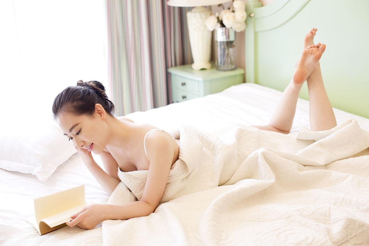 年轻女子在家休息图片
