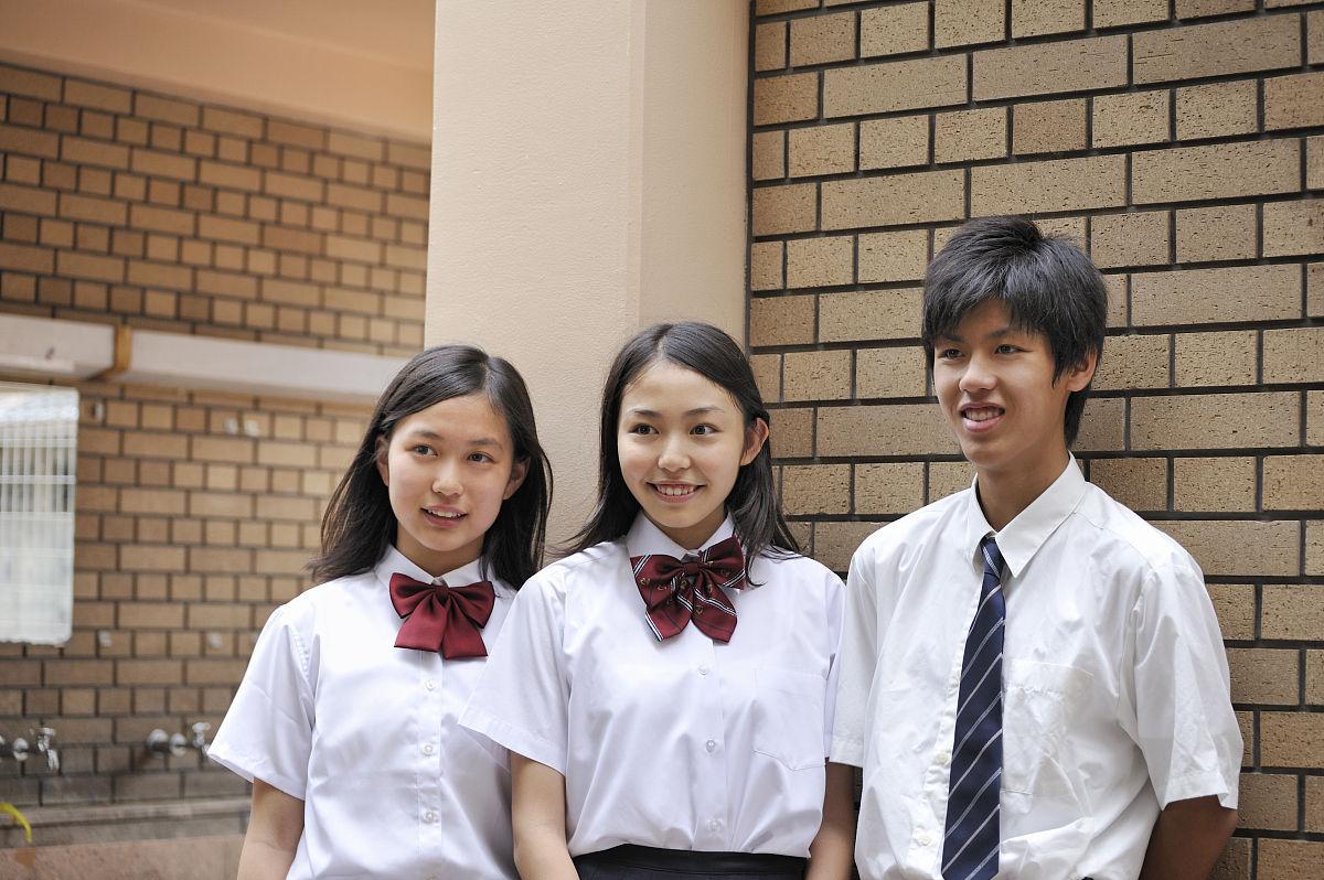高中�yo�z+���_高中男生和女生站在学校门口