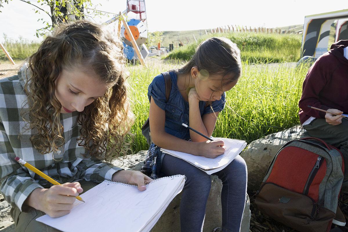 学生在阳光操场做作业图片