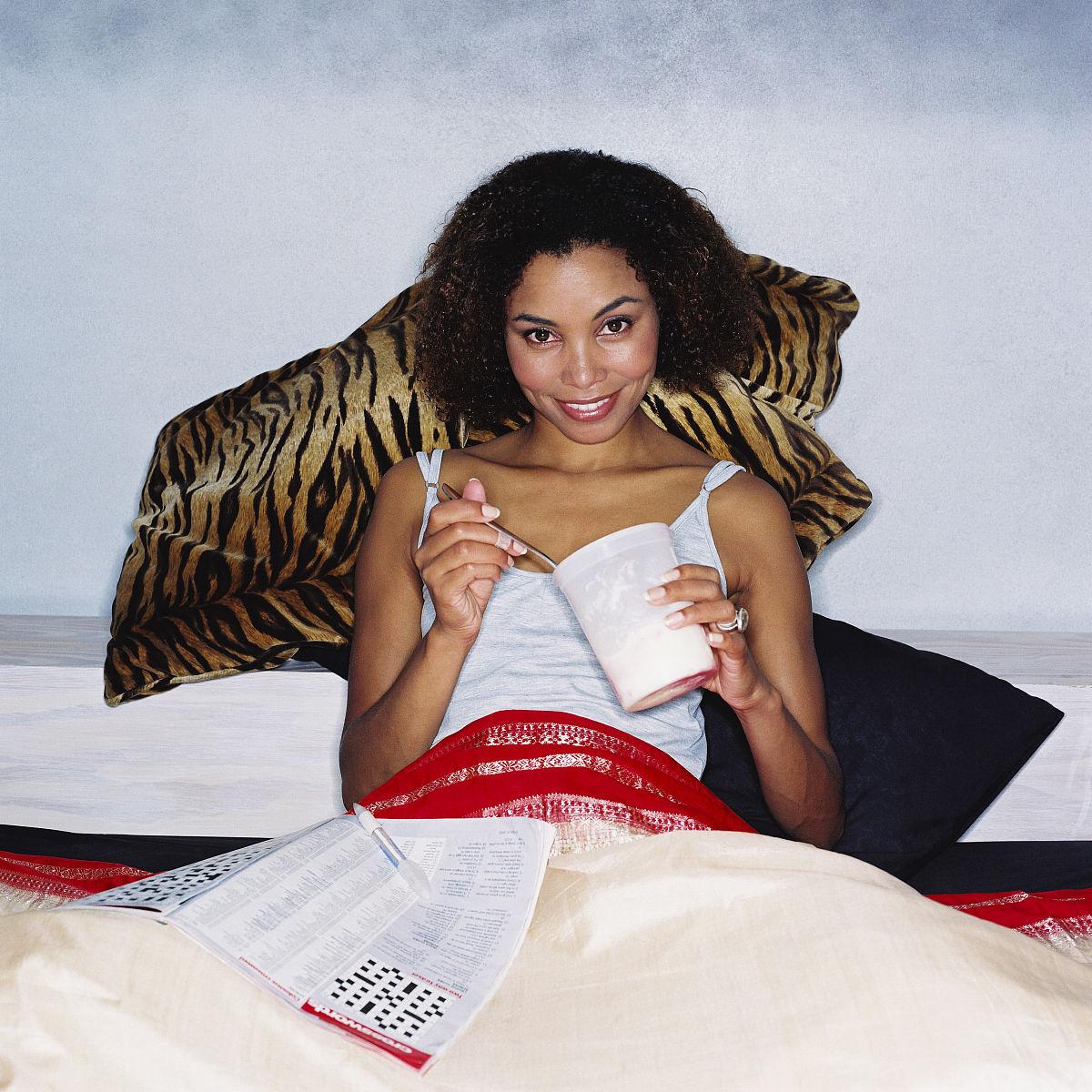 一个人,枕头,20多岁,25岁到30岁,吃,躺,棕色头发,坐,黑色人种,非洲人图片