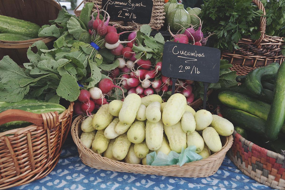 陈列在容器中的蔬菜图片