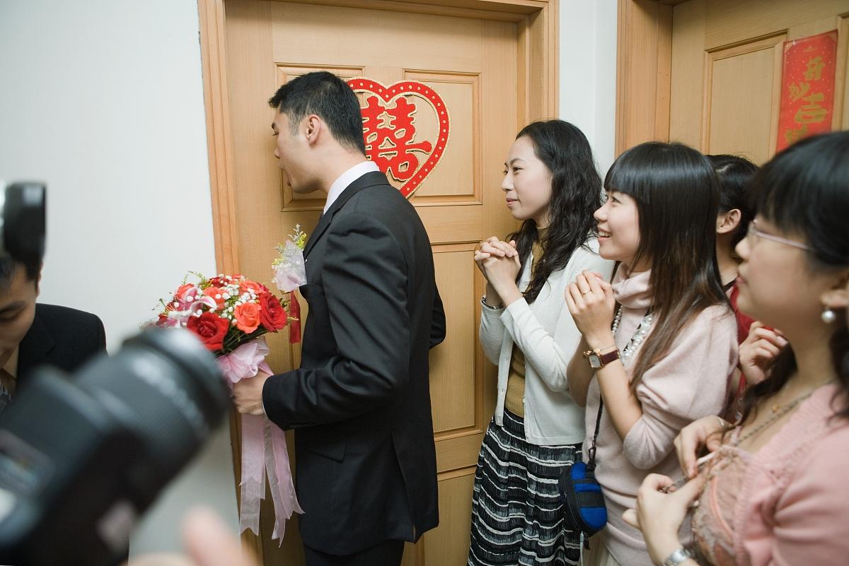 观看_中国婚礼,新郎手持花束,敲新娘的门,而新娘的朋友观看