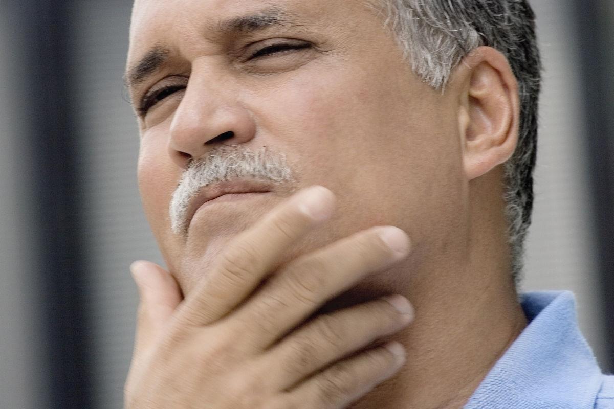 闭上�9�/9/h9�9��o^�_一个成熟的男人用手在下巴上闭上