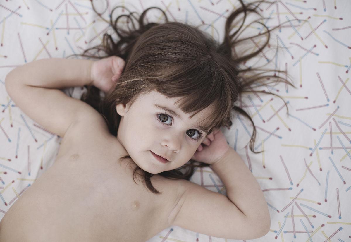 女孩,肖像,一个人,希腊,2岁到3岁,仅儿童,儿童,童年,动物头,棕色头发图片