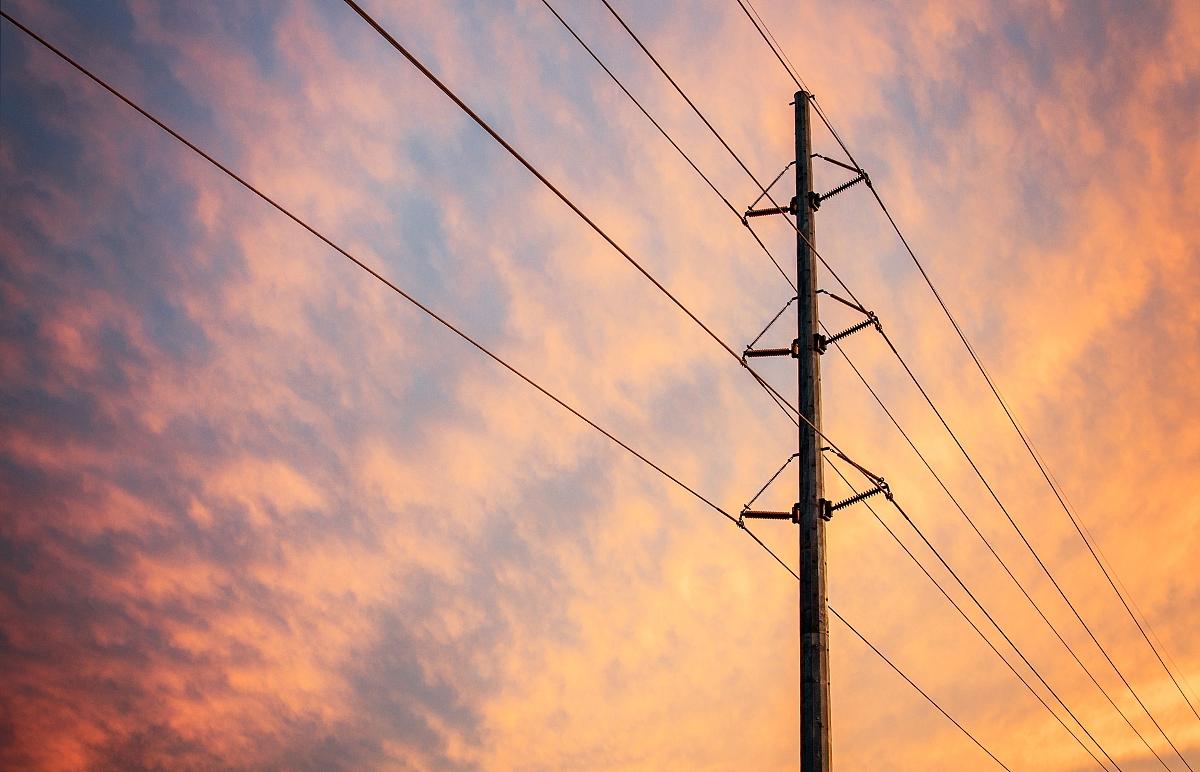 日落时的电力线图片