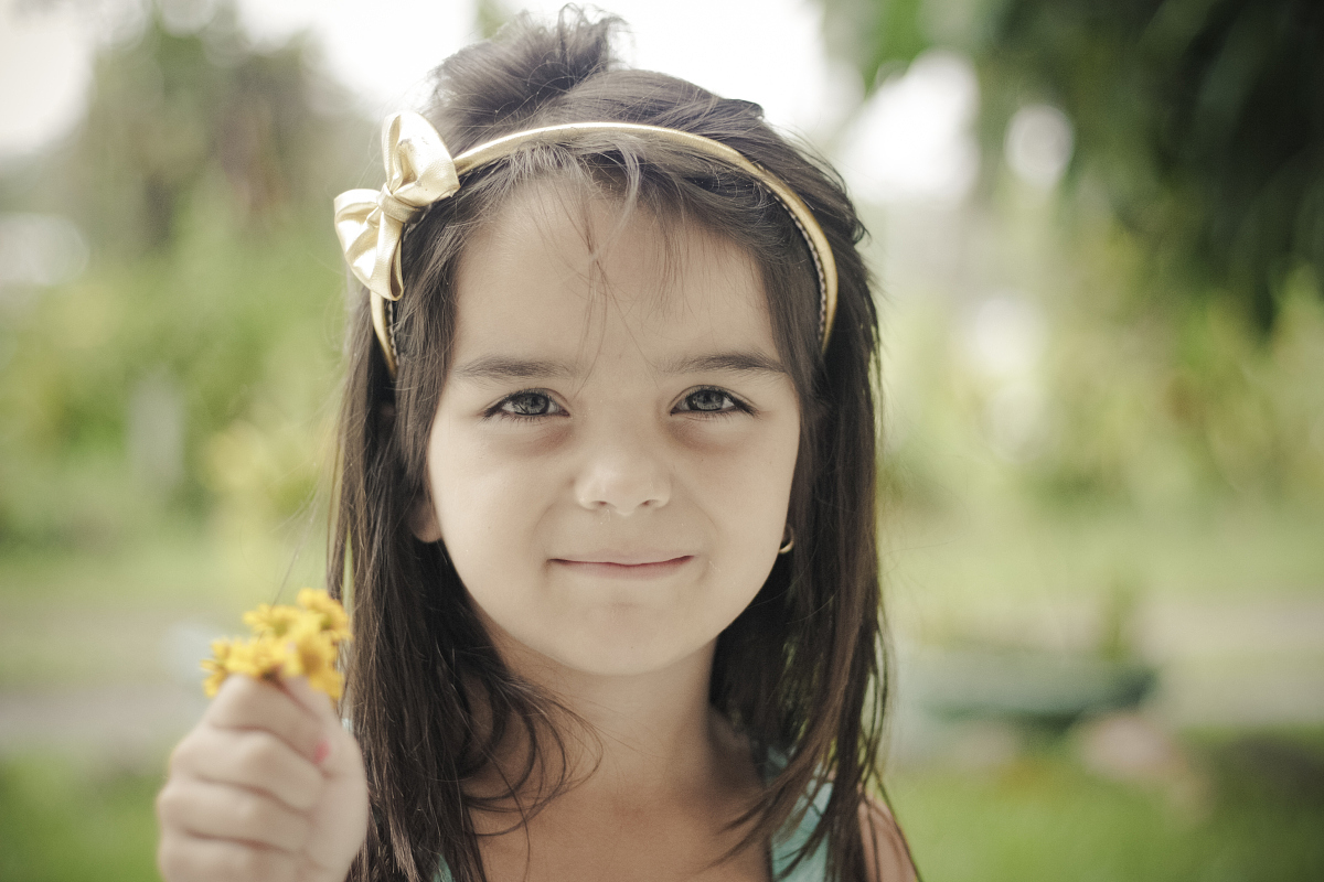 小女孩抱着花图片