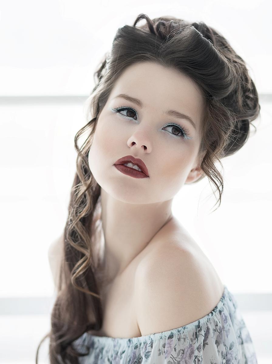 特写造型漂亮的年轻模特女孩,带着明亮的妆容和发型图片