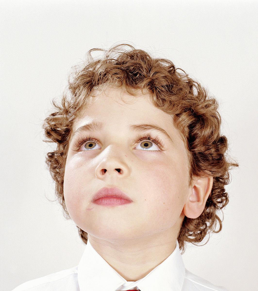 小学生,男生,一个人,室内,影棚拍摄,发型,卷发,棕色头发,儿童,仅儿童图片