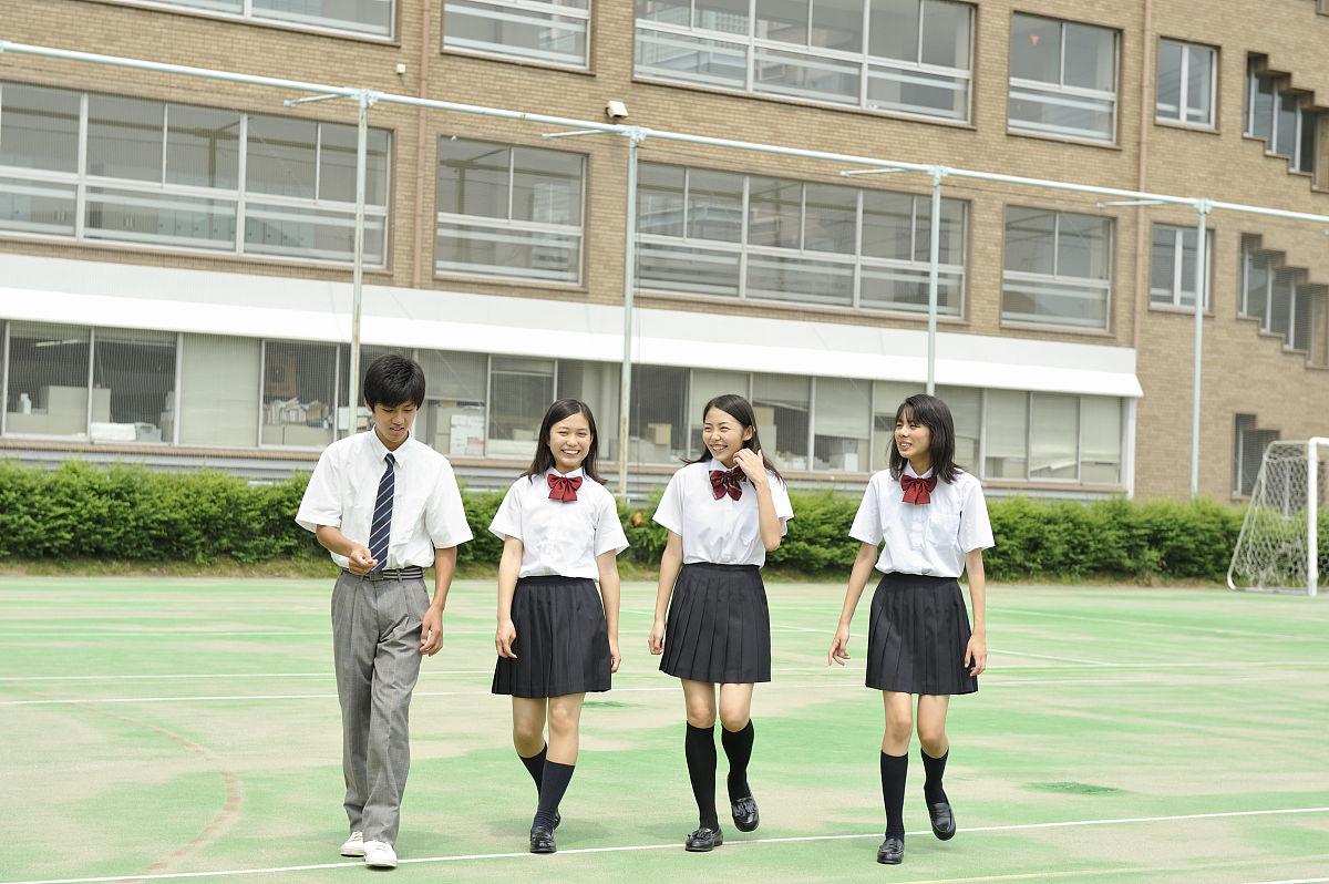 高中�y��-l9n��c%_高中学生在校园里散步