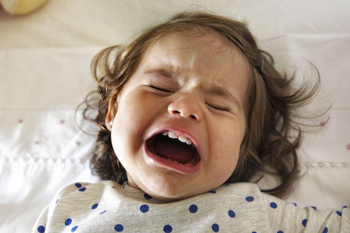 小女孩哭了图片