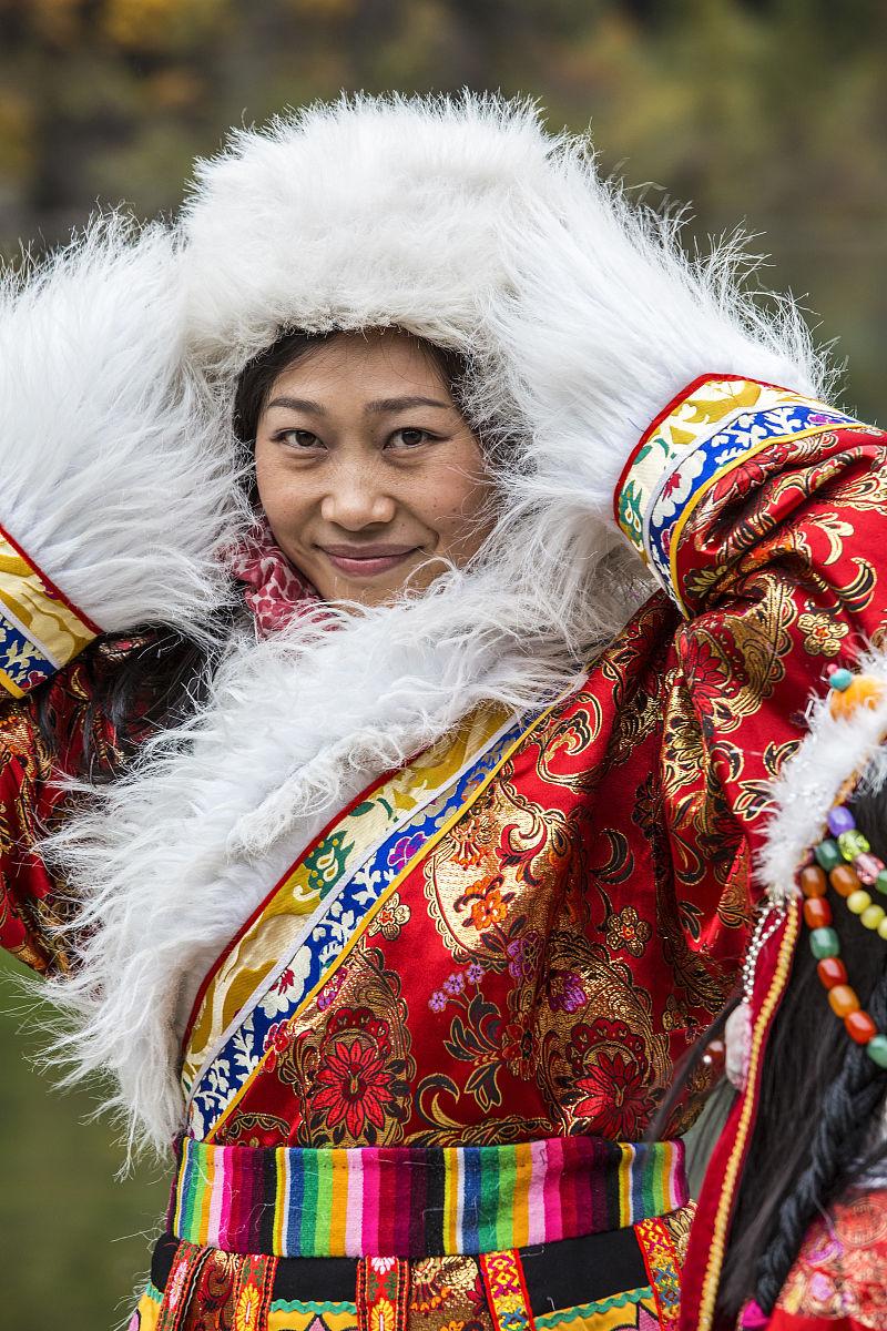 中国�9an:/n�g>K�_女人的传统服饰,九寨沟国家公园,四川省,中国