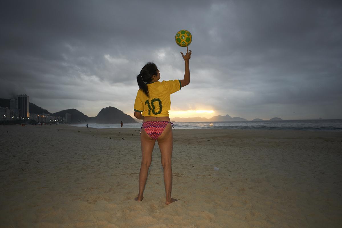 平衡_成熟的女人手指上,足球球平衡的科帕卡瓦纳海滩,里约热内卢,巴西